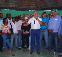 Lic. Frank Ramírez, habla a los presente en la concentración de productores.