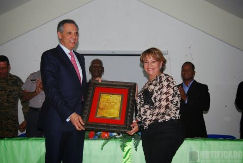 Hanói Sánchez entrega placa a José Ramón Peralta