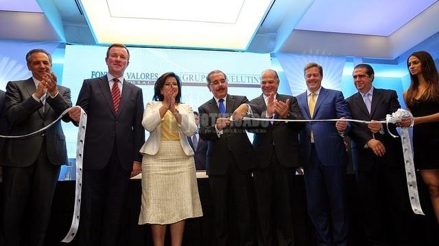 El Presidente Danilo Medina, corta la cinta inaugural.