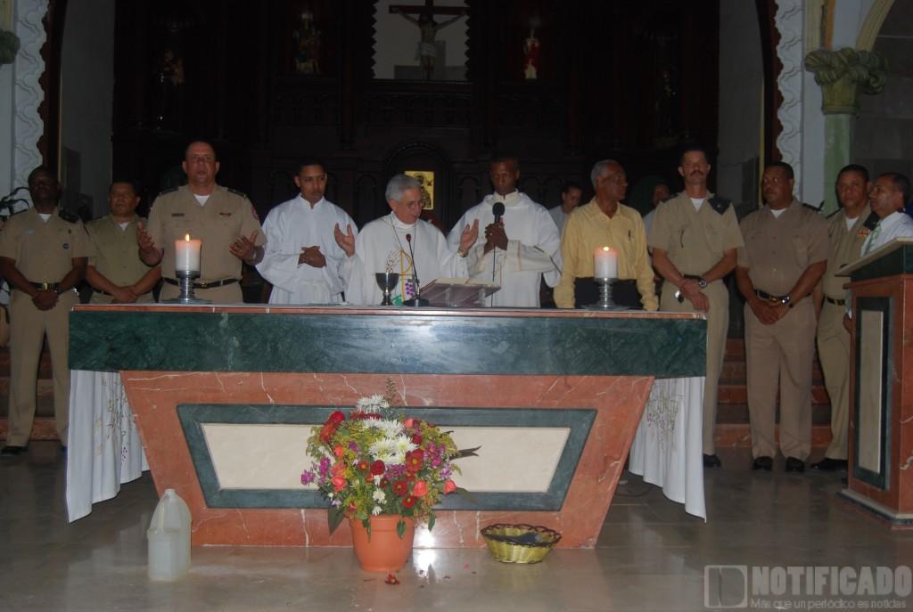Obispo José Dolores Grullon Estrella junto a los presente, en la misa en honor a San Miguel, patrón del Ejército Nacional