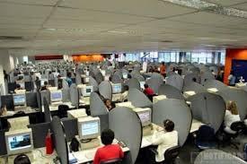 Vista del área de atención al cliente en un call center.