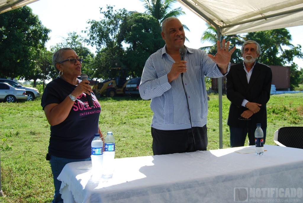 Dr. Osvaldo Canario, habla a los presentes en el acto de inicio de la construcción del nuevo hospital.