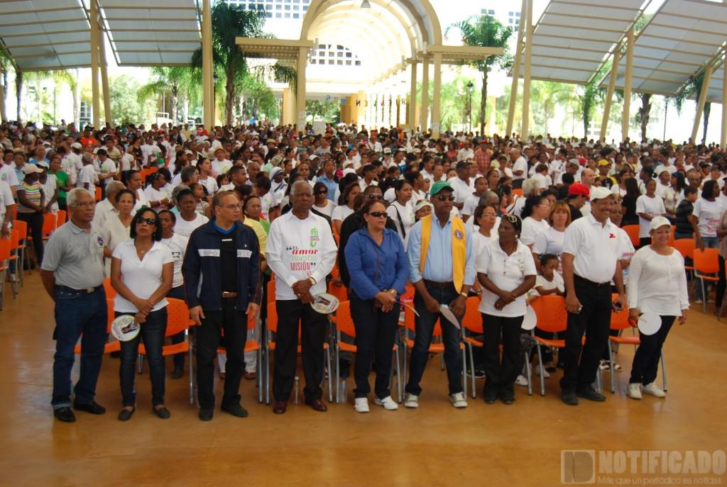 """Participantes en la caminata """"Un Paso por la familia"""" en la homilía de cierre de la actividad, celebrada en el Centro UASD San Juan."""