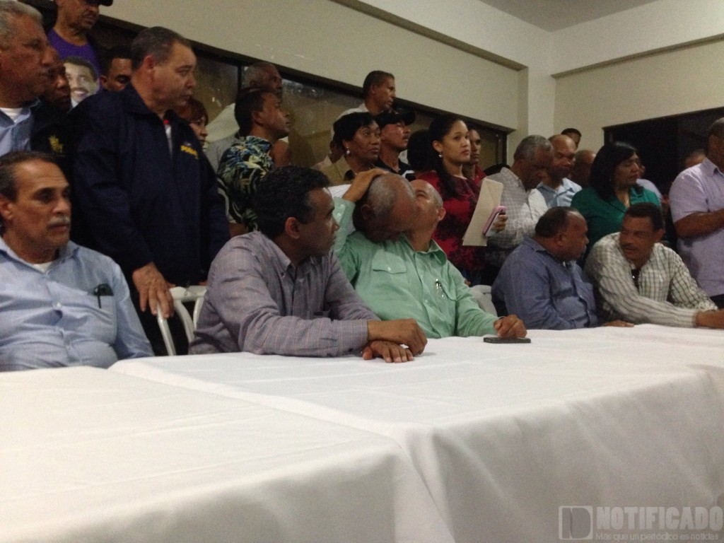 Personalidades del quehacer político acompañan al Senador Félix Bautista en uno de los actos.