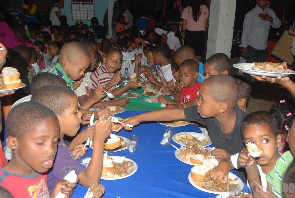 Niños durante celabración Cena Navideña, de La Fundación Sociedad de Amigos Alimentando un Niño.