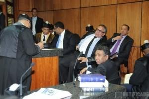 El Ing. Félix Bautista, junto a los demás acusados y la barra de la defensa en el caso que se le sigue por corrupción.