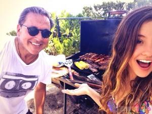 Evaluna y Ricardo Montaner, compartiendo una parrillada en casa.