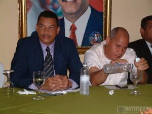 El Lic. Mauro Piña Bello, mientras encabeza una reunión de trabajo. A su lado, el Ing. Juan Rodríguez, Pte. Municipal PLD.