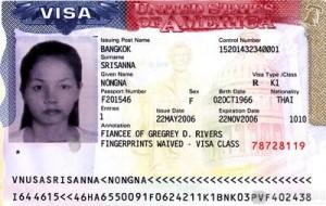 Visa que se adhiere al pasaporte de alguien autorizándole a tocar puerta de entrada para que se le admita en ese territorio