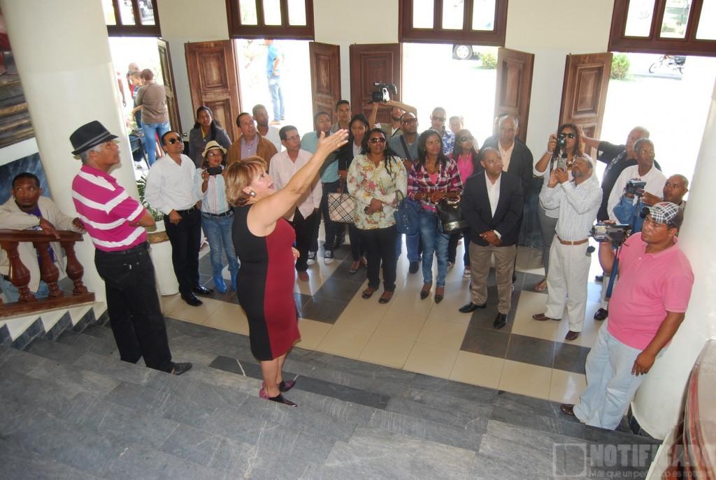 Alcaldesa Hanói Sánchez mientras recibe a Comunicadores Banilejos