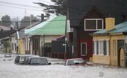 Viviendas y vehículos ahogados por las aguas producidas por el fenómeno atmosférico