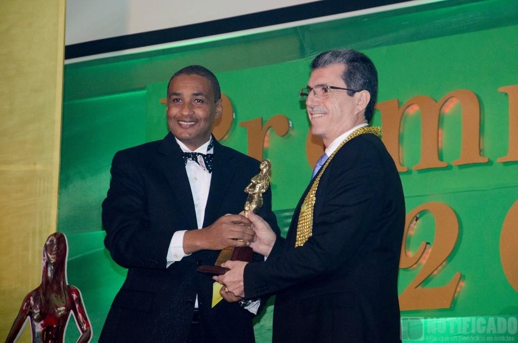 El señor Migue Elías Sido, mientras recibía su galardón como empresario del año.