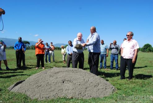 Dr. Osvaldo Canario y Dr. Jim Diller durante el inicio Trabajos de Construcción Nuevo Hospital