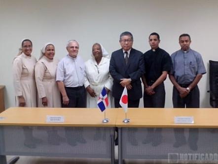 El Señor Embajador posa con representantes de parroquias beneficiarias_opt